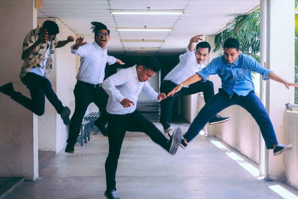 Männer springen nach oben, Husna Miskandar, Unsplash